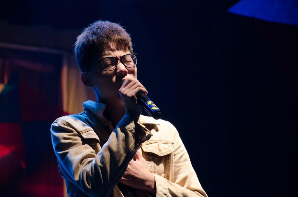 Sänger mit Mikrofon