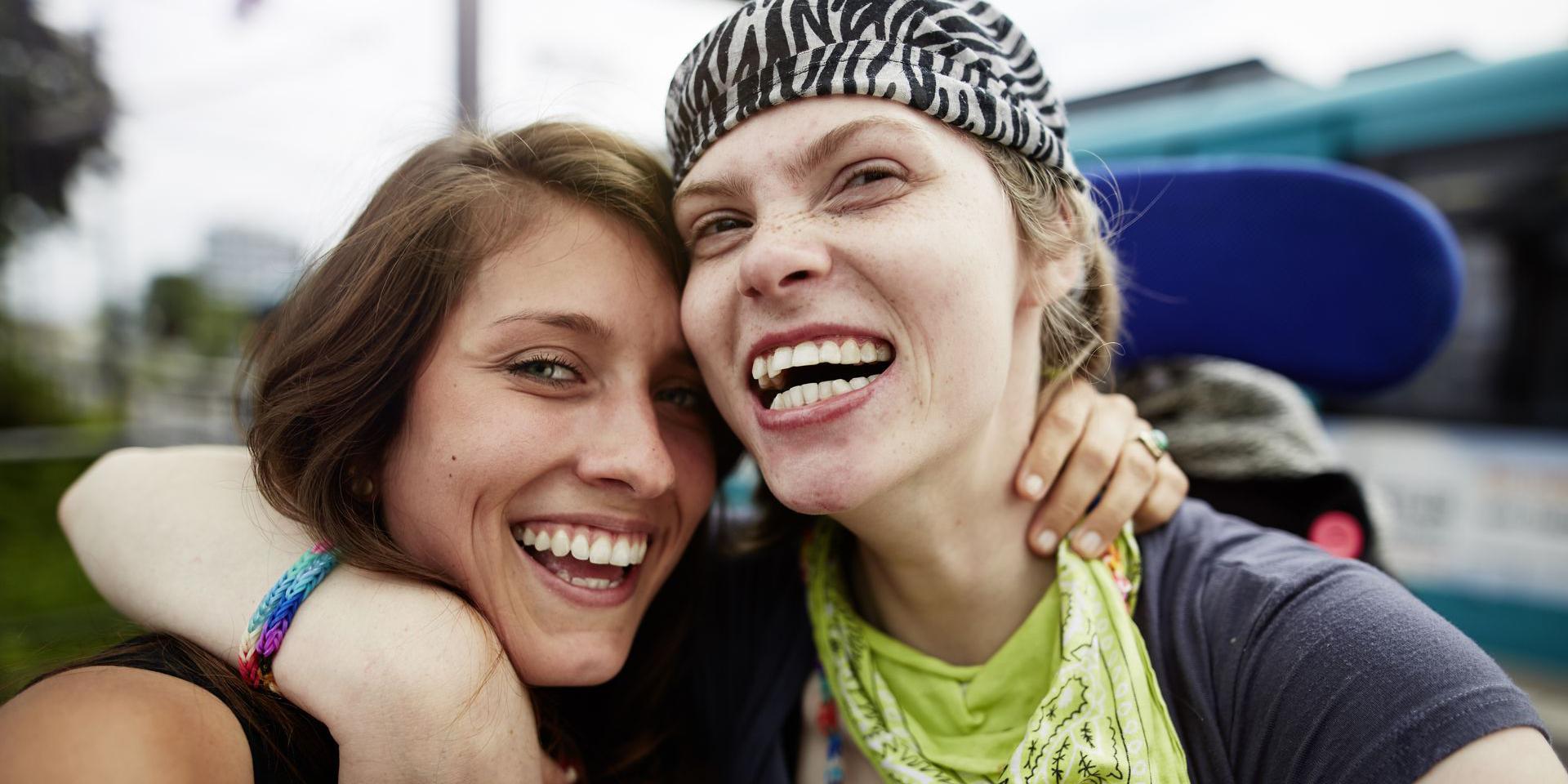 2 lachende Frauen umarmen sich