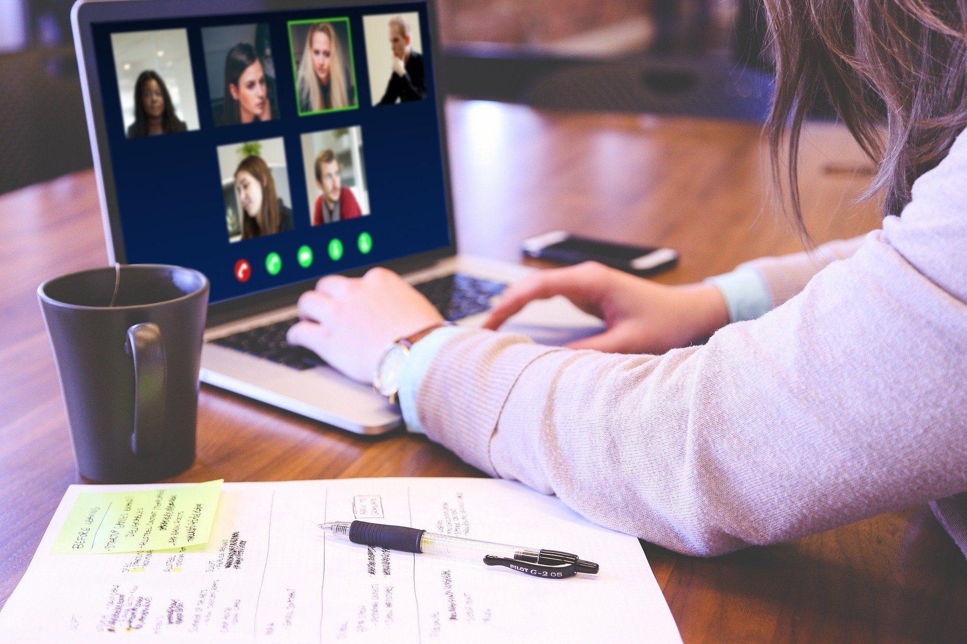 Videokonferenz am Laptop